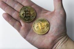 De hand houdt bitcoin twee op een witte achtergrond Royalty-vrije Stock Foto's