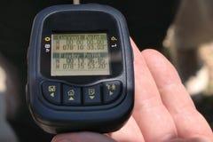 De hand houdt een GPS-registreerapparaat met de coördinaten van Evenaar Nul royalty-vrije stock fotografie