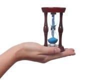 De hand houdt een zandloper Royalty-vrije Stock Afbeeldingen
