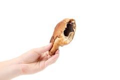 De hand houdt gebeten croissant met papaver. Royalty-vrije Stock Foto's
