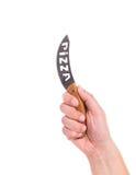 De hand houdt het mes van de pizza Stock Foto's