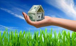 De hand houdt huis van bankbiljetten Royalty-vrije Stock Afbeelding