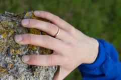 De hand houdt op steen Stock Foto