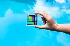 De hand houdt pH indicator voor maatregel de zuurheid royalty-vrije stock foto's