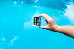 De hand houdt pH meter voor maatregel de zuurheid royalty-vrije stock afbeelding