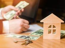 De hand houdt de sleutels aan het huis Concept onroerende goederen verkoop of huur van huisvesting, flathuur realtor stock foto's