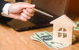 De hand houdt de sleutels aan het huis Concept onroerende goederen verkoop of huur van huisvesting, flathuur realtor stock afbeelding