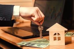 De hand houdt de sleutels aan het huis Concept onroerende goederen verkoop of huur van huisvesting, flathuur realtor hypotheekcon royalty-vrije stock foto's