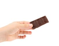 De hand houdt smakelijke hap van donkere chocolade. royalty-vrije stock foto