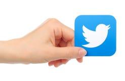 De hand houdt Twitter-pictogram op witte achtergrond Stock Foto's