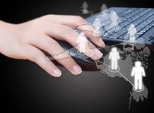 De hand klikt muis met sociaal netwerk. Royalty-vrije Stock Foto
