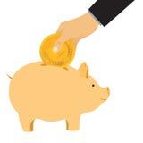 De hand laat een muntstuk in een spaarvarken weg Stock Foto