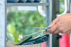 De hand de lapje vleesmessen houden en het mes die snijden een partij in bas royalty-vrije stock fotografie