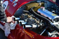De hand maakt de motor van Stanguellini-raceauto van Formule de Ondergeschikte oldtimer schoon Stock Fotografie