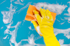 De hand met een vod maakt de oppervlakte schoon Stock Afbeelding