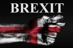 De hand met de geschilderde vlag van Engeland schildert fig. en de inschrijving BREXIT, een teken van af agressie, meningsverschi stock afbeelding
