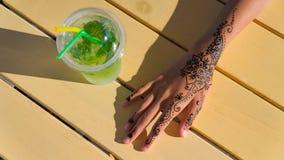 De hand met mehendi op zwarte achtergrond moslim, bodyart, vinger, schoonheidsmiddel, smukt, meisje op stock foto's
