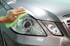 De hand met veegt microfiber auto het oppoetsen af Royalty-vrije Stock Afbeelding