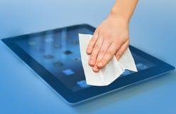 De hand met witte nat veegt tablet het schoonmaken af royalty-vrije stock foto
