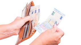 De hand neemt euro geld 20 van de portefeuille Hand die euro bankbiljetten delen Royalty-vrije Stock Fotografie
