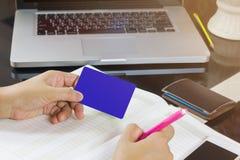 De hand neemt lege kaart en pen neerschrijvend op leeg notaboek of Royalty-vrije Stock Afbeelding