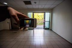 De hand neemt telefoontoegang tot de behandelde straat Stock Foto's