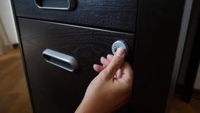 De hand opent het gecodeerde slot van de brandkast 4K Langzame Motie stock videobeelden