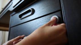 De hand opent het gecodeerde slot van de brandkast 4K Langzame Motie stock video