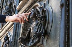 De hand raakt de engel bij de deur van de Duomo-kerk in Milaan Royalty-vrije Stock Foto's