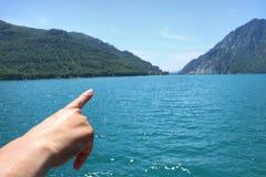 De hand richt in de afstand stock foto