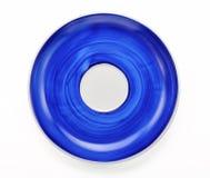 De hand schilderde blauwe plaat die op witte achtergrond wordt geïsoleerd Stock Foto's
