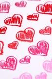 De hand schilderde rode harten. De Dag abstracte achtergrond van Valentine van het pastelkleurkrijt Royalty-vrije Stock Afbeeldingen