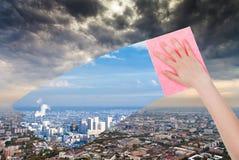 De hand schrapt vuile stad door roze doek Stock Foto's