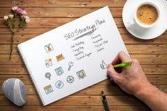 De hand schrijft een SEO-strategie royalty-vrije stock afbeeldingen