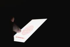 De hand tast biometrische vingerafdrukken ter goedkeuring af om tot elektronische apparaten toegang te hebben Het concept het gev Stock Fotografie