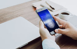 De hand tast biometrische vingerafdrukken ter goedkeuring af om tot elektronische apparaten toegang te hebben Het concept het gev Royalty-vrije Stock Fotografie