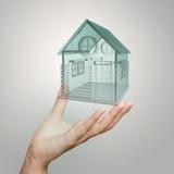 De hand toont 3d huismodel Stock Foto