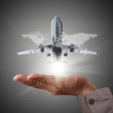 De hand toont luchtbusvliegtuig en bol royalty-vrije illustratie