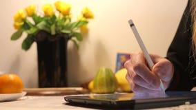 De hand trekt een pen op de tablet stock footage