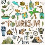 De hand trekt geplaatste Reispictogrammen De zomervakantie - het kamperen en overzeese vakantie De schetselementen van de reiskra Royalty-vrije Stock Afbeeldingen