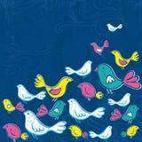 De hand trekt vogels op grunge blauwe achtergrond Stock Afbeeldingen