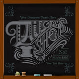 De hand trekt wit krijt aan boord van de kalligrafie van de kleermakerswinkel Royalty-vrije Stock Afbeeldingen
