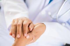De Hand van artsenholding patient ` s Geneeskunde en gezondheidszorgconcept stock fotografie
