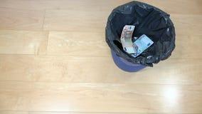 De hand van bankbiljetten van het het contante geld de euro geld van de mensendaling kan binnen bak 4K stock video