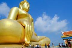 De Hand van Boedha van Grote gouden Boedha met blauwe hemel in Wat muang, Angt Royalty-vrije Stock Foto's