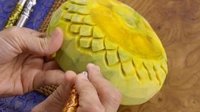 De hand van de dame het bewerken pompoen in een bloemenpatroon Thaise stijl royalty-vrije stock afbeeldingen