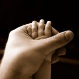De Hand van de baby en van de Vader Royalty-vrije Stock Foto's