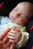 De Hand van de Baby van de Holding van de moeder Stock Foto's