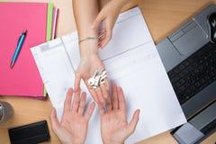 De hand van de bedrijfsvrouwenarchitect, het overhandigen huissleutel aan klant Stock Afbeeldingen