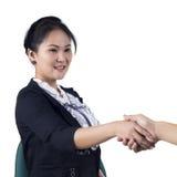 De hand van de bedrijfsvrouwenschok met haar cliënt Stock Fotografie